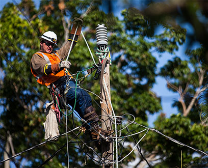 FPL lineman restoring power